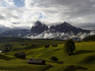 обои Деревянные домики деревни в горах фото