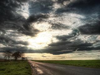 обои Грозовые облака и солнце над дорогой фото