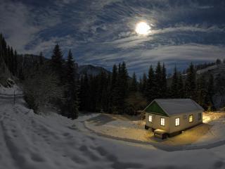обои Домик в горах,   под зимним вечерним солнцем фото