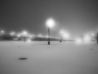 обои Зимний усыпанный снегом пруд в свете фонарей. Черно-белый снимок фото