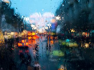 обои Ночной город через мокрое стекло фото