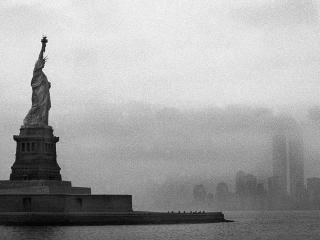 обои Статуя Свободы. Нью-Йорк. США. Черно-белый снимок фото