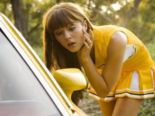 обои Девушка в желтом платьице у желтой машины фото