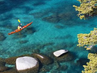 обои Каноэ среди синевы водной фото