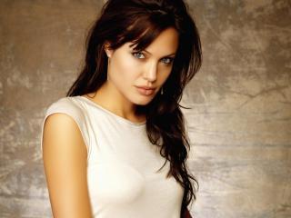 обои Анжелина Джоли в белой футболке фото
