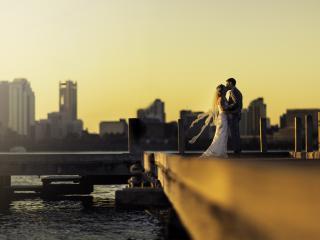 обои Поцелуй жениха и невесты на пирсе фото