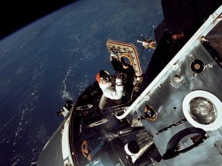 обои Выход в открытый космос фото