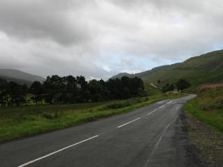 обои Дорога у холмов зеленых фото