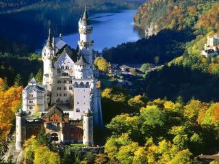 обои Красивый белый замок на фоне озера и деревьев фото