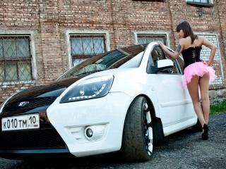 обои Машина и девушка в розовой юбке фото