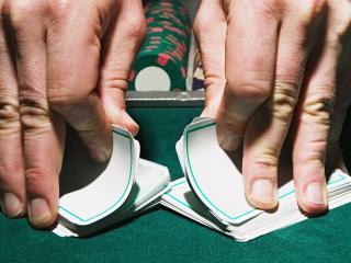 обои Фишки и руки тасующие колоду карт фото