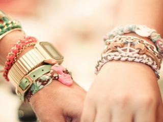 обои Браслеты и часы на руках фото