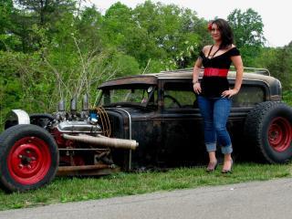 обои Девушка с красным поясом и цветком у старой машины фото