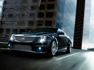 обои Cadillac мчится по городской улице фото