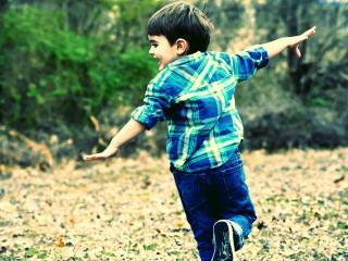 обои Мальчик бежит и улыбается фото