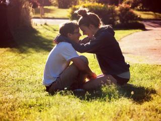 обои Влюбленная пара на газоне фото