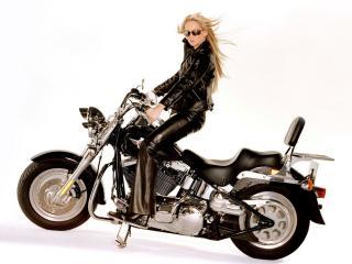 обои Блондинка байкерша на мотоцикле фото