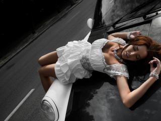 обои Девушка в белом платье на капоте фото