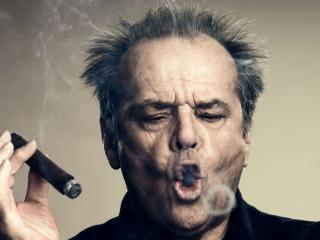 обои Мужчина с сигарой пускает кольца фото