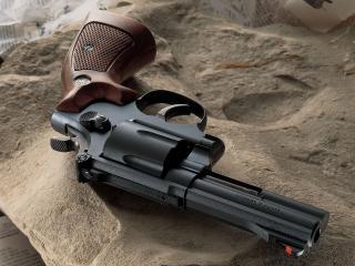 обои Новенький пистолет на камне фото