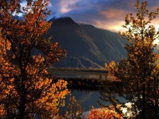 обои Осень у озера в горах фото