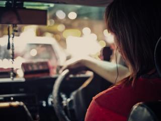 обои Девушка в салоне авто за рулем фото