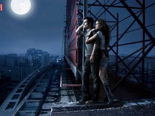 обои Парень и девушка ночью на крыше многоэтажки фото