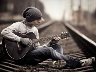 обои Парень с гитарой на железнодорожных путях фото