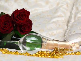 обои Два бокала,   бутылка и розы с бусами фото