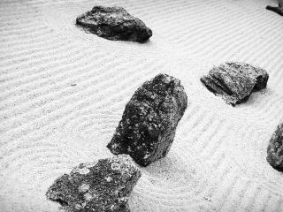 обои Камни на песке фото