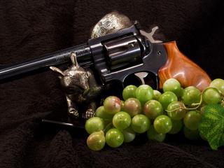 обои Пистолет и исскуственный виноград фото