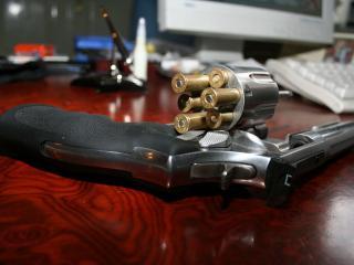 обои Пистолет с вставленными патронами фото