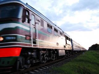 обои для рабочего стола: Проезжающий дизельный поезд
