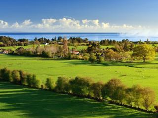обои Панорама деревни у моря фото