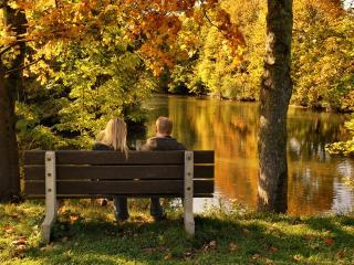обои Пара в парке на лавочке у пруда фото