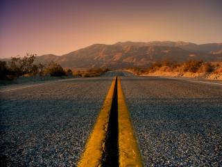 обои Сплошная желтая разметка на дороге фото