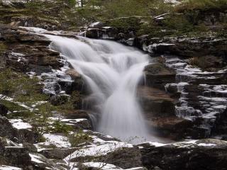 обои Водопад струится по камням фото