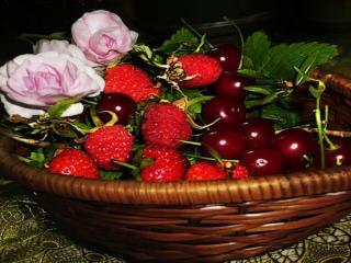 обои Вишня,   клубника и розы фото