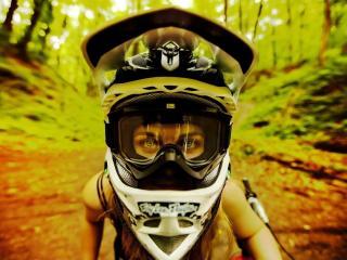 обои Девушка в шлеме фото