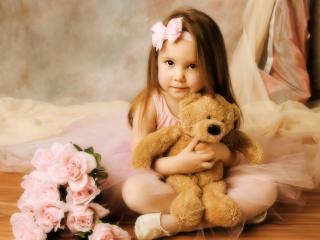 обои Девочка с мягким медведем и букет фото