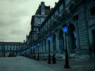 обои Голубые фонари у архитектурного здания на площади фото