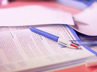 обои Ручка и линейка на тетради с книгой фото