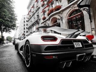 обои Ряд машин у невысоких зданий на улице города фото