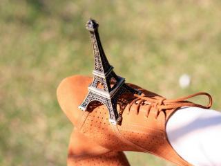 обои Эйфелевая башня на оранжевом ботинке фото