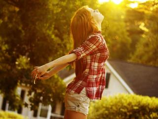 обои Юная девушка под утренним солнышком фото