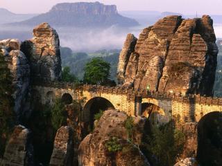 обои Большая стена с арками между гор фото