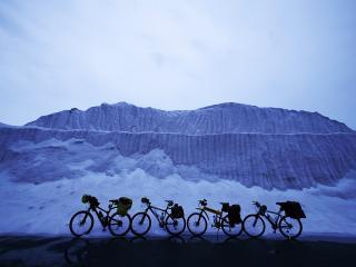 обои Велосипеды у заснеженных гор фото
