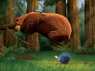 обои В лесу ведмедь на суку и ежик фото