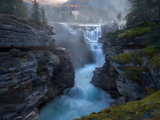 обои Водопад среди высоких скал фото