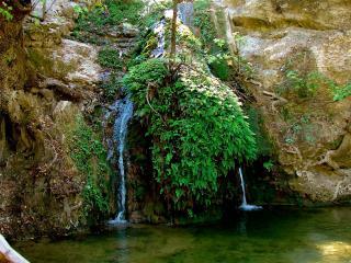 обои Вода стекающая по скалам фото